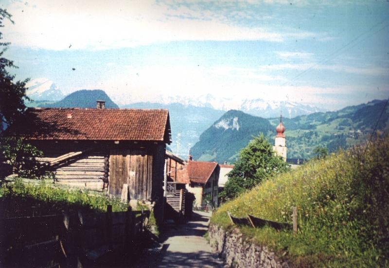 Kirchgasse mit Steinmauer