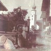 Kinder am Dorfbrunnen um 1920
